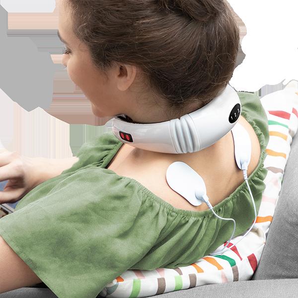 masajeador-de-cuello-y-electromagnetico-mujer-sofa
